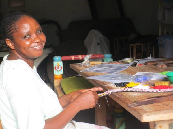 Perlenstickerin-Afrika-Hundehalsband-Massai