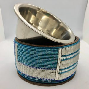 Pfoetli Shop-Afrika-Kenya-Masai-Napf-Fressnapf-Hund-Katze-Handarbeit-Perlen-Leder-blau-weiss-1